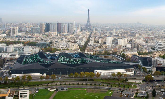 Budova Ministerstva obrany Francie dostala vPaříži futuristické tvary jako ze sci-fi filmu