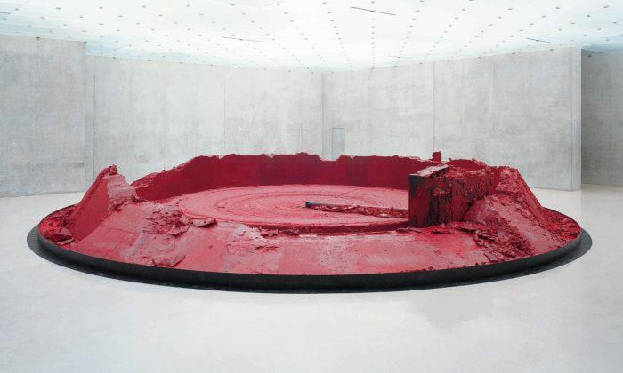 Francie vystavuje rudou instalaci idosud neznámé sochy Anishe Kapoora