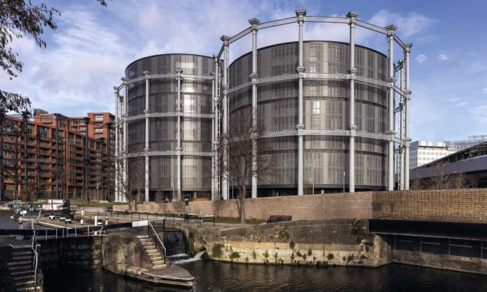 V centru Londýna přestavěli tři staré plynojemy naluxusní byty