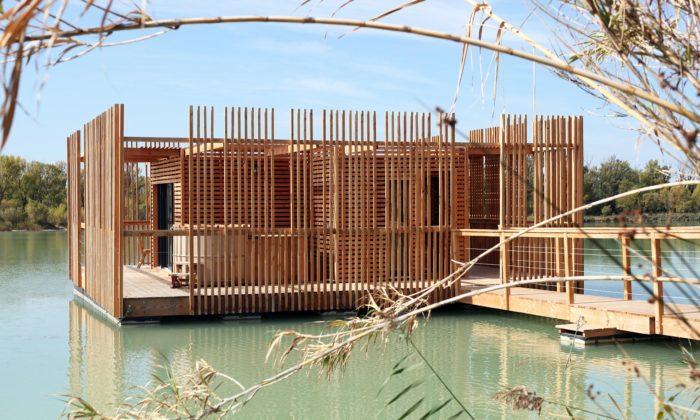 Nedaleko francouzského Avignonu stojí hotel tvořený plovoucími dřevěnými domky