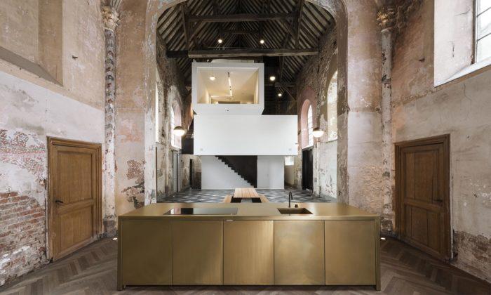 Zchátralou belgickou kapli De Waterhond si architekti přestavěli namoderní ateliér