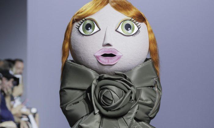 Viktor & Rolf předvedli navelkých panenkách Action Dolls hravou zimní kolekci