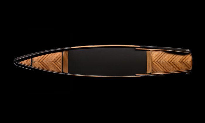 BorromeodeSilva navrhli luxusní kánoi zuhlíkových vláken ateakového dřeva