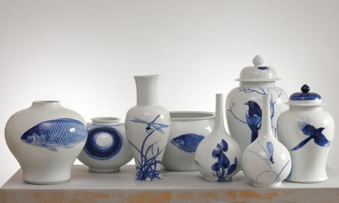 Jiří Straka vystavuje vPraze ručně malovaný modrobílý porcelán Qinghua