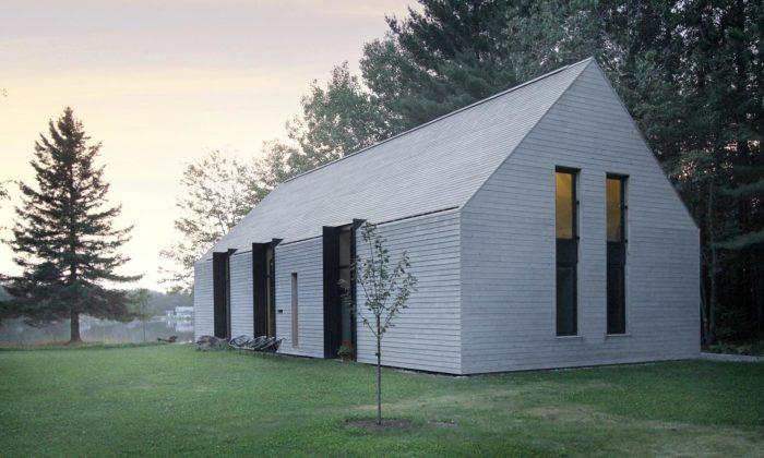 U kanadského jezera stojí minimalistický venkovský dům zbílého cedrového dřeva