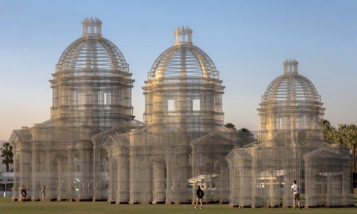 Edoardo Tresoldi postavil nafestivalu Coachella tři katedrály zpletiva