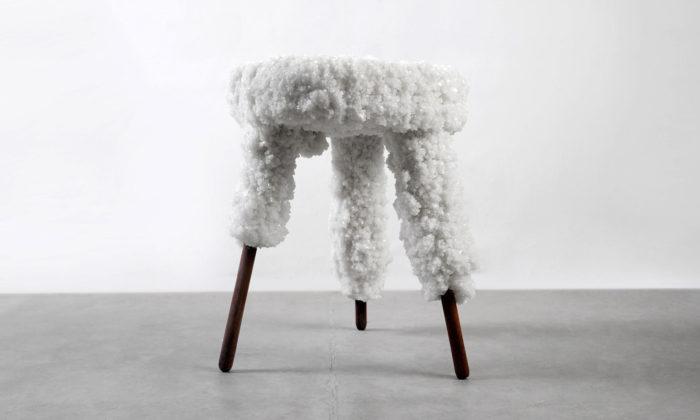 Erez Nevi Pana vytvořil kolekci stoliček ze dřeva asoli zMrtvého moře