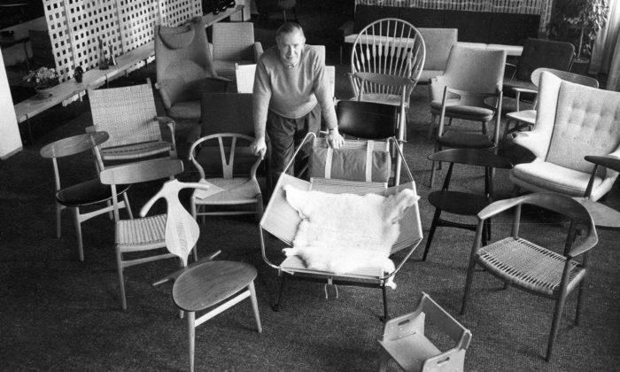 Německo vystavuje ikonické dřevěné židle akřesla odHanse J. Wegnera