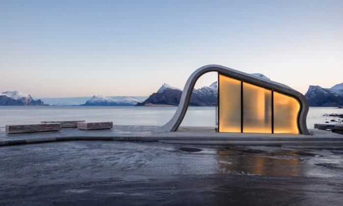 Norsko si napobřeží postavilo vyhlídkové odpočívadlo zbetonu askla