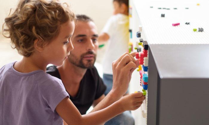 Stüda jemodulární nábytek spovrchem pro stavění zkostek Lego