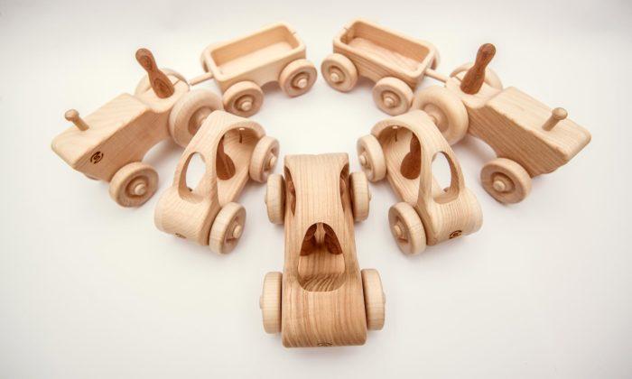 Pišlik jemalá postavička svlastním světem plným dřevěných hraček