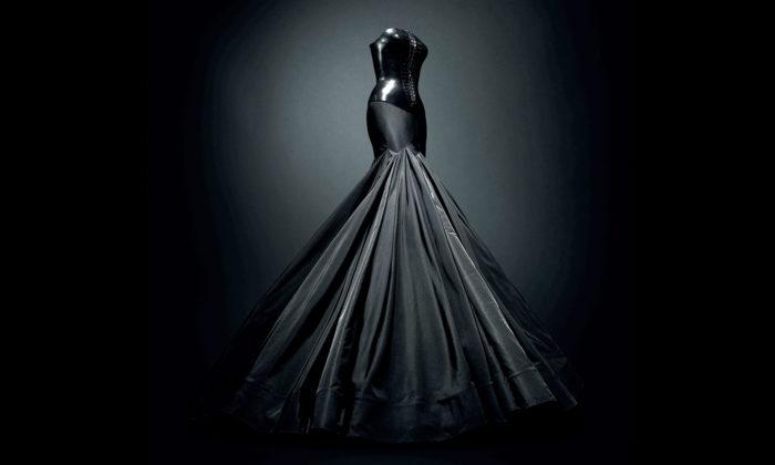 Londýn vystavuje přes 60 večerních šatů odAzzedine Alaïa