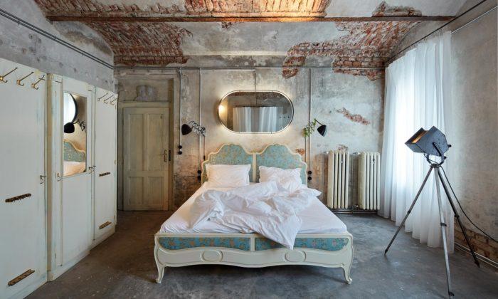 CollColl proměnili starou pražskou půdní prádelnu nasurový apartmán