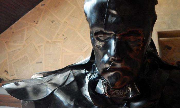 Ivan Jurečka vytváří zvinylových desek stylizovanou sochu Masaryka