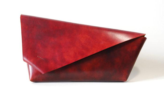 Two Lines vyrábí ručně jednoduché akrásné kožené peněženky