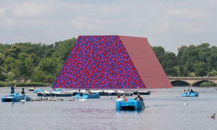 Christo postavil vlondýnském Hyde Parku obří plovoucí mastabu z7506 sudů