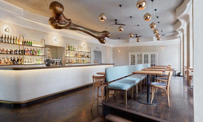 CollColl omladili interiér kavárny NoD sezavěšenou obří Zlatou kostí