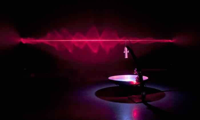 Brněnská výstava Perplex nabízí autonomní objekty tvořící souhry světel azvuků