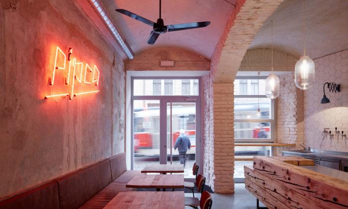 Pražské bistro Pipca využívá vsurovém interiéru původní materiály domu