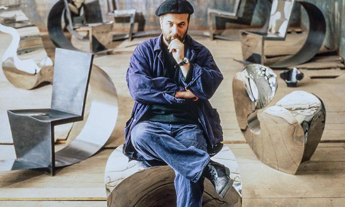 Ron Arad otevřel výstavu sedacího nábytku zautosedaček iuhlíkových vláken