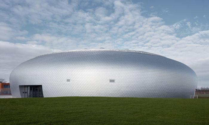 Dolní Břežany mají moderní sportovní halu soblým ahladkým tvarem