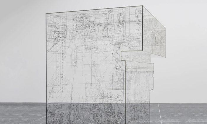 Pia Linz kreslí své okolí vyrýváním zevnitř transparentních objektů