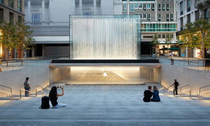 Foster proměnil náměstí vMiláně napodzemní Apple Store svodopády