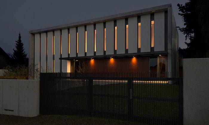 Aulík Fišer Architekti postavili uPrůhonického parku velkou rodinnou vilu