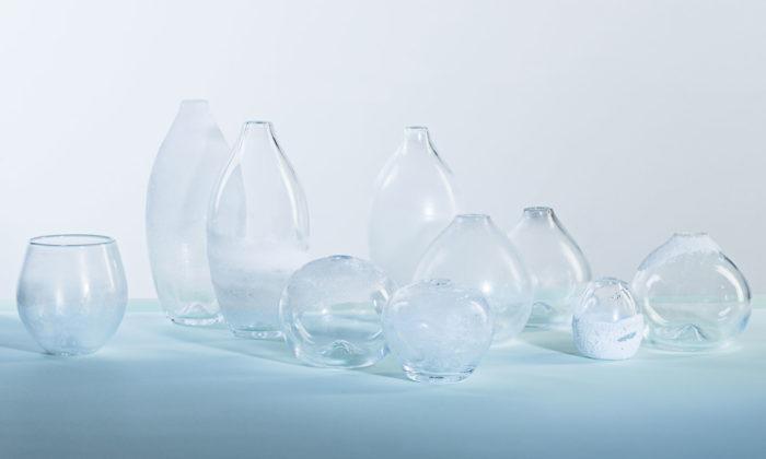 Barbora Tydlitátová aNatálie Bozděchová vystavují vPraze jemné skleněné vázy