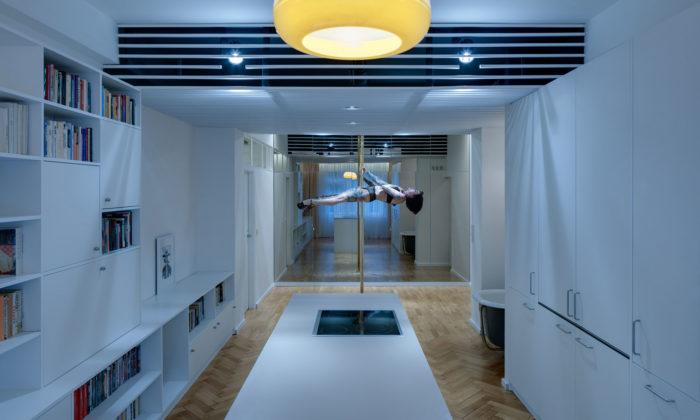 Byt pro tanečnici naLetné má uprostřed tančení tyč azrcadlo nad postelí