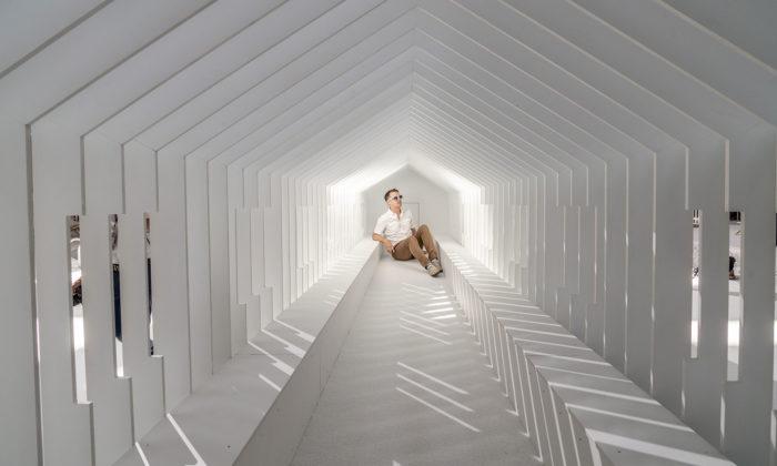 Fun House jebílá instalace soptickými iluzemi abazénem plným kuliček