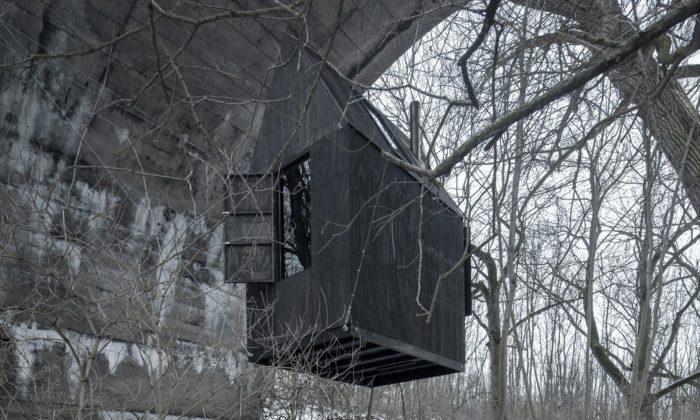 Černý dům létající pod nedostavěným mostem zmizel po39 dnech