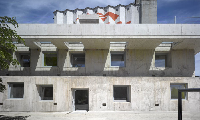 Ve Strančicích vyrostla surová administrativní budova postavená jen zbetonu
