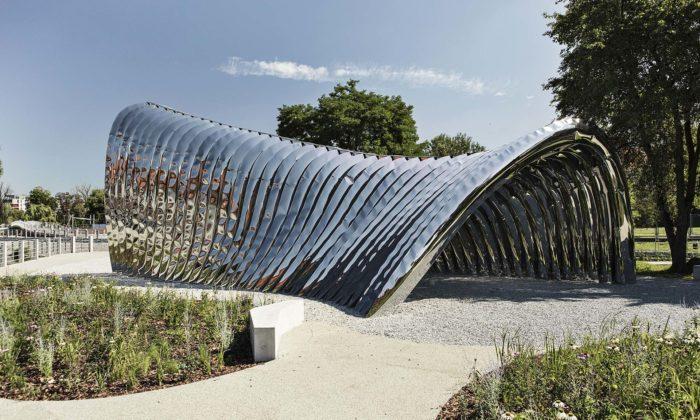 Oskar Zieta postavil veVratislavi reflexní pavilon Nawa z35 oblouků