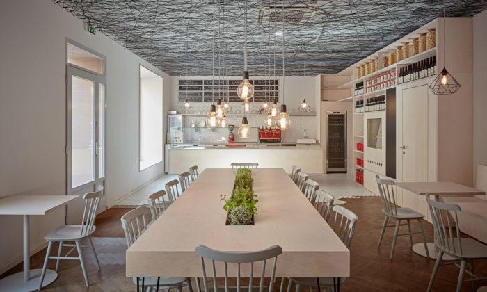 Lasagneria vPraze láká naitalské těstoviny asvětlý interiér plný dřeva