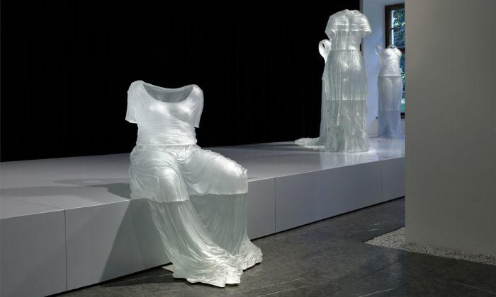 Karen LaMonte vystavuje vPraze realistické sochy skleněných šatů