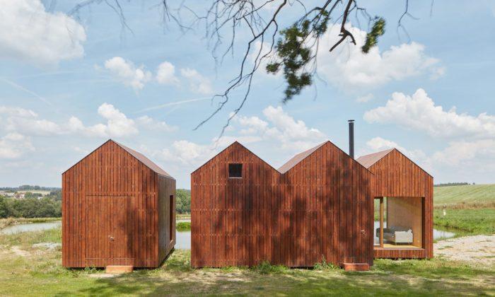 U břehu rybníka naVysočině vyrostla chata inspirovaná rybářskými boudami