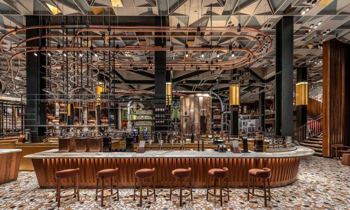 Starbucks otevřel svou první kavárnu vItálii audělal zní obrovskou pražírnu