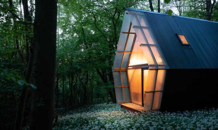Invisible Studio navrhlo malý domek ze znovu použitých odpadních materiálů