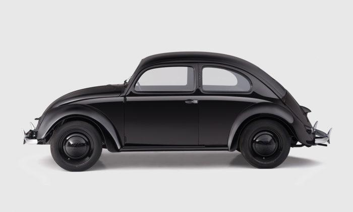 V české garáži parkuje nejstarší vyrobený Volkswagen Beetle avychází oněm kniha
