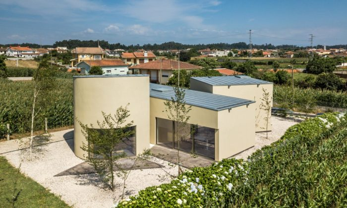 V portugalském městě Arada stojí kancelářská budova ze tří geometrických hmot