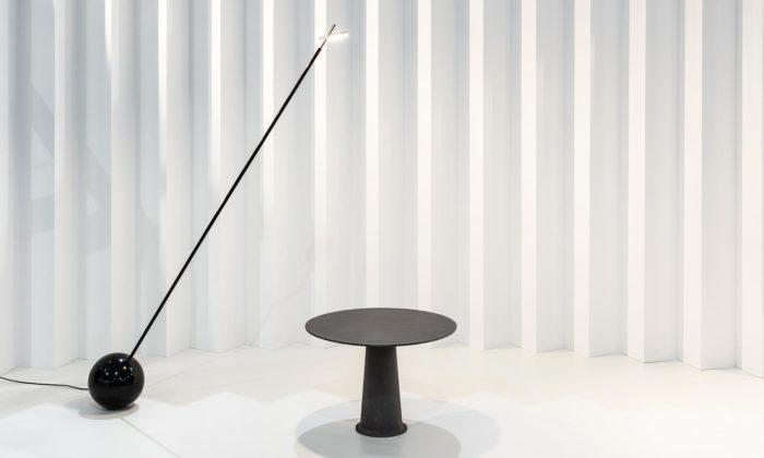 Karel Matějka navrhl důmyslně balancující lampu One Zero alitinový stolek Heavy