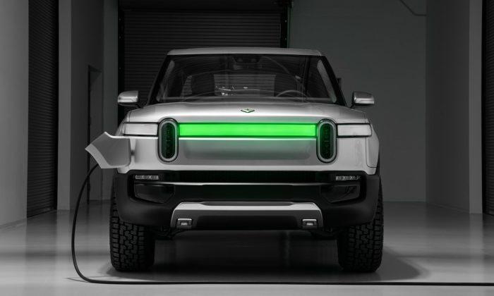 Rivian představil pětimístný elektrický pickup R1T asedmimístné SUV R1S