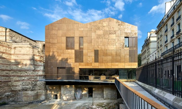 V Paříži přestavěli pozůstatek římských lázní namoderní muzeum sezlatou fasádou