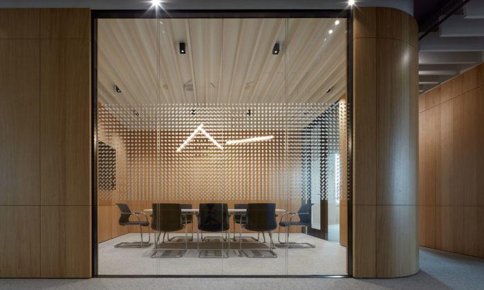 Bratislavské kanceláře Lucron mají jednoduchý design sestěnami zohýbaného dřeva