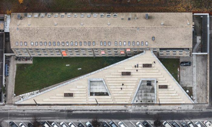 Budova dobrovolníků Červeného kříže byla rozšířena otrychtýř sposezením nastřeše