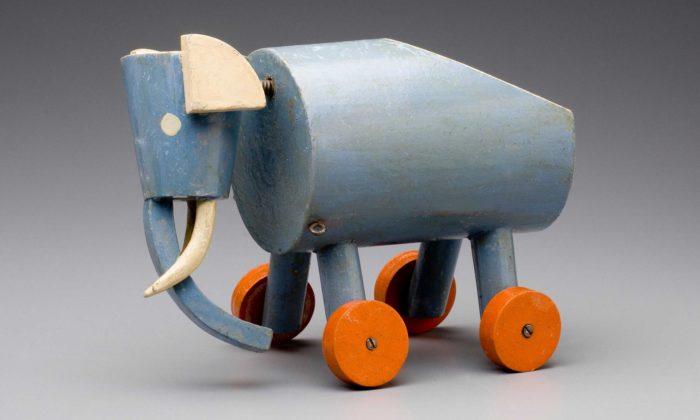 UPM vystavuje téměř sto let staré dřevěné hračky aloutky odLadislava Sutnara
