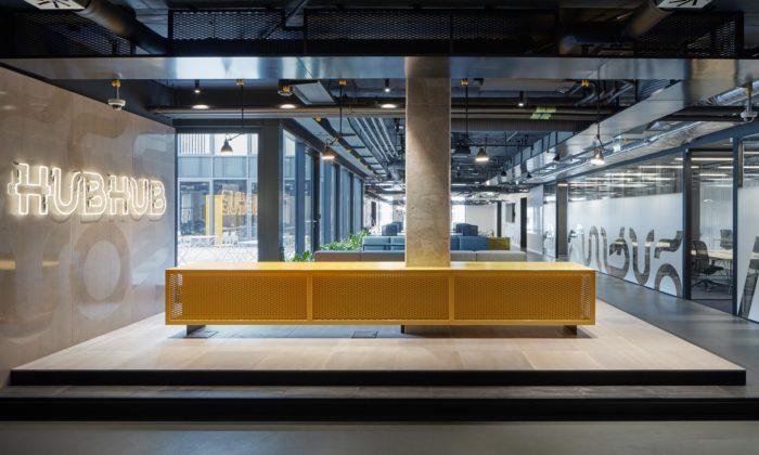 Pražský coworking HubHub má industriální interiér sežlutým akcentem