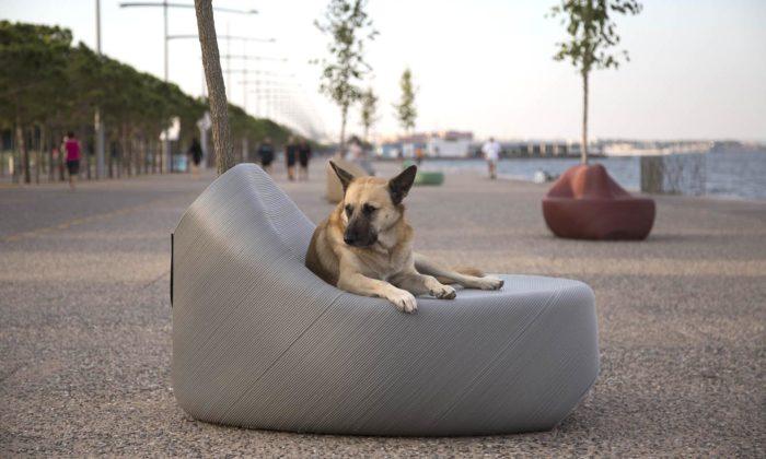 Řecká Soluň má nanábřeží lavičky vyrobené zodpadového plastu místních obyvatel