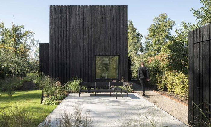 Nenápadný letní domek veVinkeveen jetvořen čtyřmi černými dřevěnými kvádry
